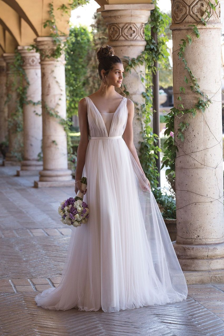 Like the Greek goddesses: 4 trends for Empire style dresses that will triumph in 2019